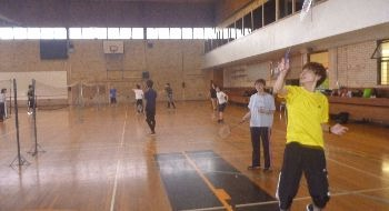Students playing badminton at Sport UNE